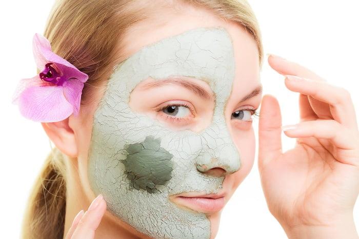 Güneş maskelerini engellemek için kil ve mısır unu maskesi